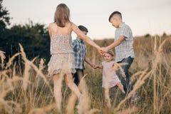 Bambini in un campo Fotografia Stock