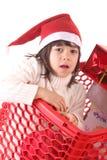Bambini in un carrello di acquisto immagine stock