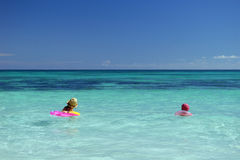 Bambini in un oceano blu fotografia stock libera da diritti