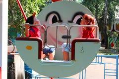 Bambini in una cabina della grande rotella Fotografie Stock