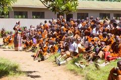Bambini in uniformi che giocano nel cortyard della scuola primaria nella zona rurale vicino ad Arusha, Tanzania, Africa Immagini Stock Libere da Diritti