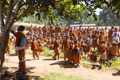 Bambini in uniformi che giocano nel cortyard della scuola primaria nella zona rurale vicino ad Arusha, Tanzania, Africa Fotografia Stock Libera da Diritti