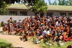 Bambini in uniformi che giocano nel cortyard della scuola primaria nella zona rurale vicino ad Arusha, Tanzania, Africa Immagine Stock
