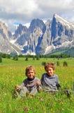 Bambini in valle alpina Fotografia Stock Libera da Diritti