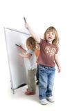 Bambini vicino alla scheda bianca Fotografia Stock Libera da Diritti