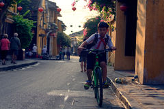 Bambini vietnamiti sul loro modo alla scuola fotografia stock libera da diritti