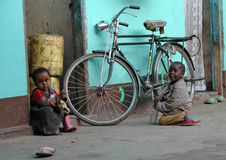 Bambini a Zanzibar vicino ad una bicicletta Immagini Stock Libere da Diritti