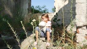Bambino abbandonato triste infelice nei bambini demoliti 4K della bambina del senzatetto della Camera archivi video
