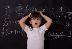 Bambino abile a scuola Di nuovo al banco Bambino astuto Concetto di formazione fotografie stock libere da diritti