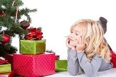 Bambino accanto ad un albero di Natale fotografie stock
