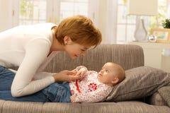 Bambino accarezzante della madre felice Fotografia Stock Libera da Diritti