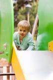Bambino ad area del campo da giuoco Immagine Stock