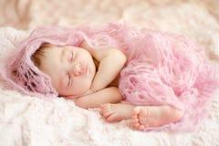 Bambino addormentato appena nato immagini stock libere da diritti