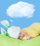 Bambino addormentato in cappello del coniglio o della lepre immagine stock libera da diritti