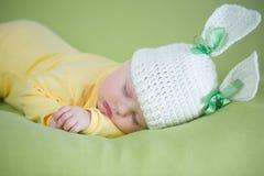 Bambino addormentato del coniglietto in cappello divertente immagini stock libere da diritti