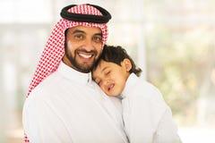 Bambino addormentato del padre arabo Fotografie Stock