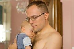Bambino addormentato della holding del padre Immagini Stock Libere da Diritti