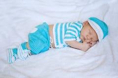 Bambino addormentato Neonato, arte del bambino Sonno del bambino di bellezza in scarpe e Fotografia Stock Libera da Diritti