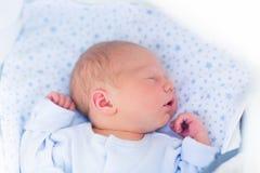 Bambino addormentato in un passeggiatore bianco Fotografia Stock Libera da Diritti