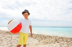 Bambino adorabile in cappello con beach ball Immagini Stock