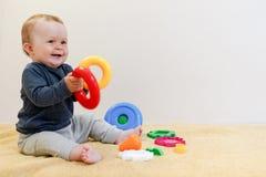 Bambino adorabile che gioca con i giocattoli educativi Fondo con lo spazio della copia Bambino in buona salute felice divertendos immagini stock libere da diritti