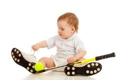 Bambino adorabile che gioca con la racchetta della racchetta di tennis immagine stock