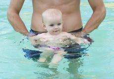 Bambino adorabile che gode della sua nuotata Fotografia Stock