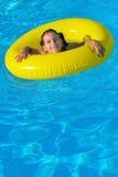 Bambino adorabile che si rilassa nella piscina Immagini Stock Libere da Diritti