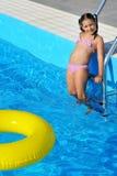 Bambino adorabile che si rilassa nella piscina Immagine Stock Libera da Diritti