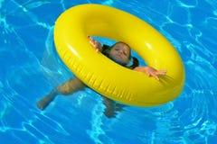 Bambino adorabile che si rilassa nella piscina Fotografia Stock