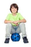 Bambino adorabile che si siede sulla sfera di calcio blu Fotografia Stock Libera da Diritti