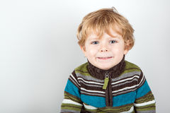 Bambino adorabile con gli occhi azzurri dell'interno Immagini Stock