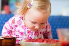 Bambino adorabile con il grafico a torta della fragola Immagini Stock Libere da Diritti
