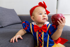Bambino adorabile con la mela fotografie stock