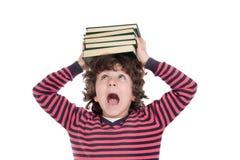 Bambino adorabile con molti libri sulla testa Fotografia Stock