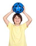 Bambino adorabile con una sfera di calcio blu Fotografie Stock