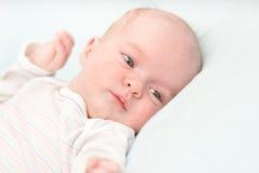 Bambino adorabile neonato sveglio a casa Fotografia Stock Libera da Diritti