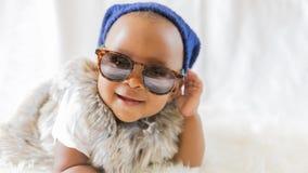 Bambino adorabile sveglio eccellente dell'afroamericano dei pantaloni a vita bassa Fotografia Stock Libera da Diritti