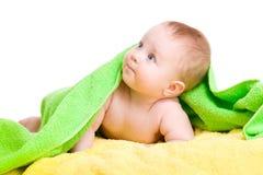 Bambino adorabile in tovagliolo verde che osserva in su Immagini Stock Libere da Diritti