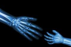Bambino adulto di aiuto adulto allunghi fuori la mano per la mano del bambino di stretta (Connotazione: Orfano, aiuto medico di a Fotografie Stock