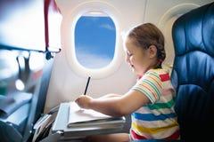 Bambino in aeroplano Mosca con la famiglia Viaggio dei bambini fotografia stock