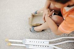 Bambino affamato che elemosina sulla via Fotografie Stock Libere da Diritti