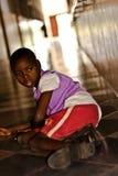 Bambino africano invalido nella clinica immagini stock