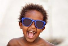 Bambino afroamericano divertente con gli occhiali da sole blu fotografia stock