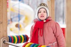 Bambino al campo da giuoco di inverno Fotografie Stock Libere da Diritti