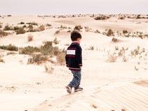 Bambino al deserto Fotografie Stock