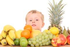 Bambino al gusto di frutta immagini stock