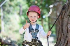 Bambino al parco di avventura Fotografie Stock
