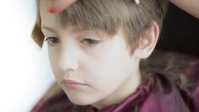 Bambino al parrucchiere video d archivio