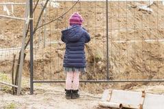 Bambino al pozzo recintato fotografie stock libere da diritti